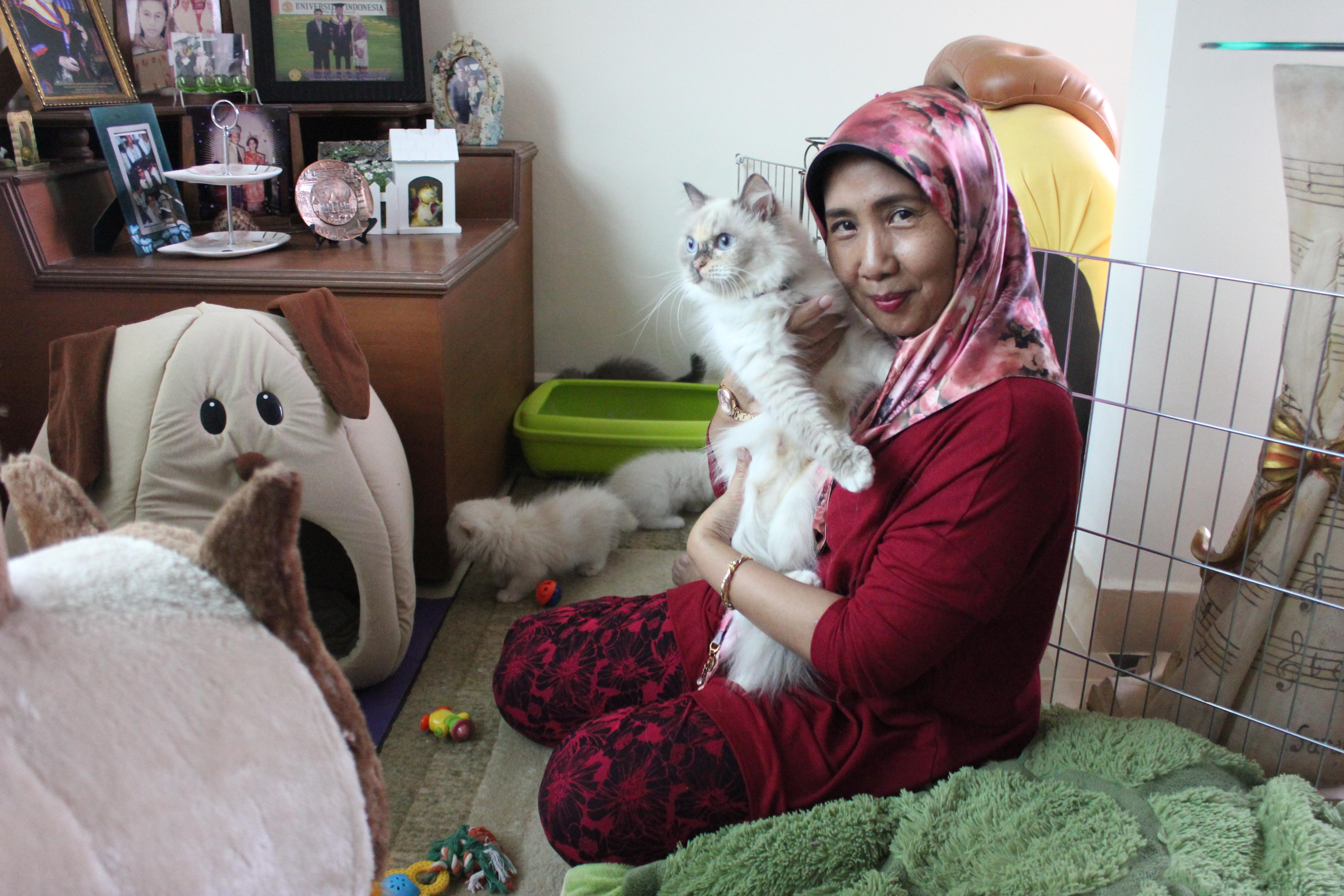 Retty Yasmita Perlakukan Tujuh Kucingnya Seperti Keluarga Asrul